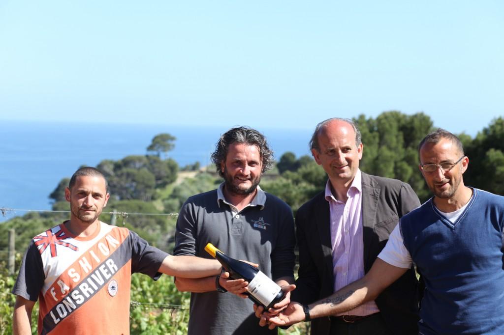 Foto Marchese de' Frescobaldi con il vino e alcuni detenuti