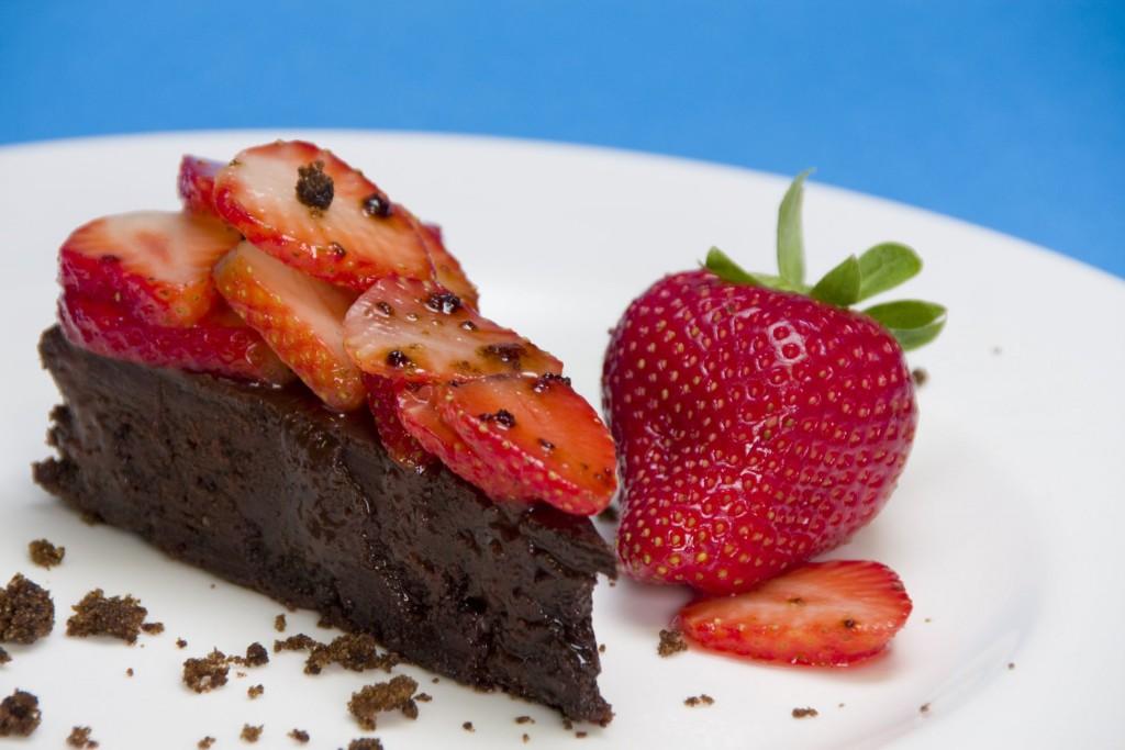 torta cioccolato e fragole con colomba pasqua