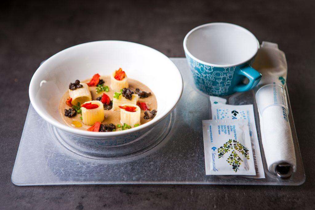 01-air-dolomiti_insalata-di-pasta-fagioli-lenticchie-e-pomodoro-confit